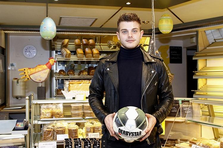06-03-2018: Voetbal: Stijn van Gassel: YsselsteynHelmond Sport keeper Stijn van Gassel in zijn vaders en moeders bakkerijPhotographer: Perry vd Leuvert