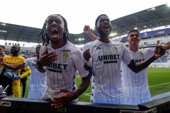 GENT, BELGIUM - SEPTEMBER 12: Charleroi happy with the win during the Juplier Pro League match between KAA Gent and Sporting Charleroi at Ghelamco Arena on September 12, 2021 in Gent, Belgium (Photo by Perry van de Leuvert/Orange Pictures)
